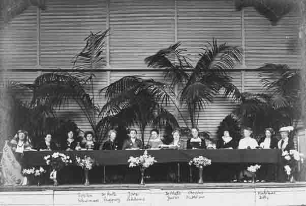 Foto van het podium tijdens het Internationaal Congres van Vrouwen, Den Haag 1915.