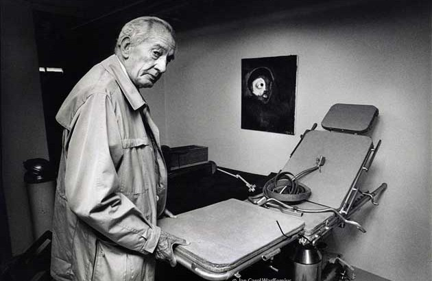 Dr. A.J.A.M. Wijffels and his surgical table at the St. Willibrordusstichting, Heiloo (1989). Photo courtesy of Jan Carel Warffemius.