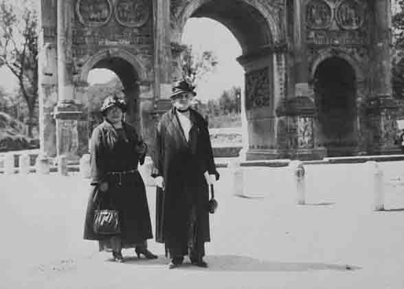 'Dubbelportret Rome 1923', 1923, foto. Amsterdam, Atria, Kennisinstituut voor emancipatie en vrouwengeschiedenis, collectie Internationaal Archief voor de Vrouwenbeweging (IAV) in Moskou, inv. nr. 0114, objectnr. 100006356.