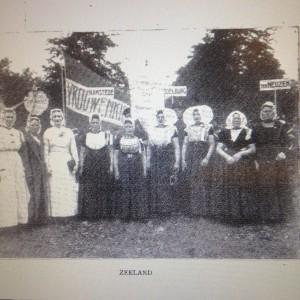 Figuur 2: Vereeniging voor vrouwenkiesrecht. Gedenkboek bij het 25-jarig bestaan, 1894-1919. (1919) Zeeuwse vrouwenkiesrecht vereniging.