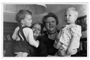 Gezina van der Molen (tweede van rechts) met petekind Gea en haar partner Mies Nolte met nicht Marianne Nolte, 1949. (IJmuider Courant, 28-10-2014)